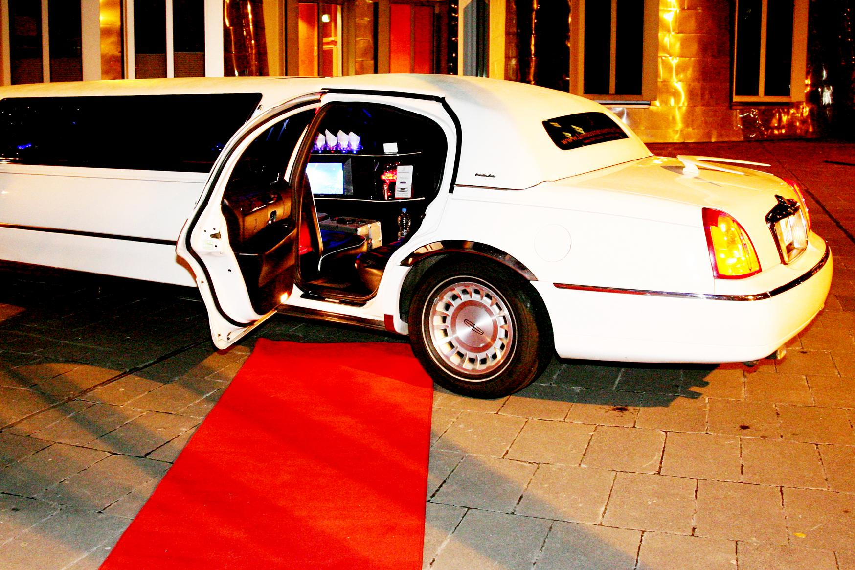 Lincoln-Stretchlimousine-mit-rotem-Teppich